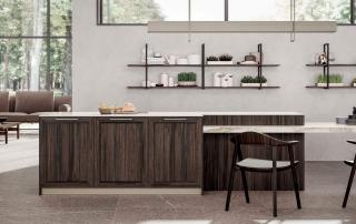 Cucina contemporanea_Marilyn 45.01_dettaglio isola a doppia profondità attrezzata con basi, prosegue con il tavolo integrato a forte spessore (6cm). Elementi giorno a parete completano l'area pranzo