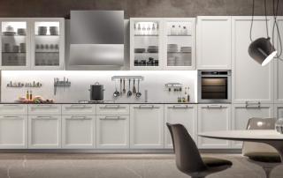 Cucina contemporanea_Marilyn 45.01_composizione lineare laccato opaco bianco Ral 9010 con top in HPL Alabastro grey e fondale Magnetolab in vetro bianco. Accessori liberamente posizionabili su fondale calamitato.