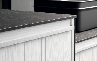 Cucina moderna_Pepper.02_dettaglio anta in larice bianco spazzolato e dogatura verticale