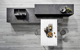 Cucina moderna_Pepper.02_dettaglio grande isola attrezzata con spazio lavaggio e area conviviale con tavolo pranzo