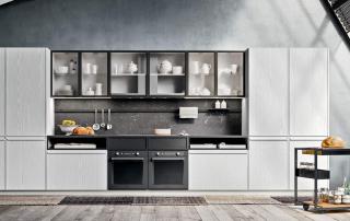 Cucina moderna_Pepper.02_dettaglio grande parete cucina con parte centrale attrezzata per la cottura. Le basi terminano con gabbiette a giorno sotto top