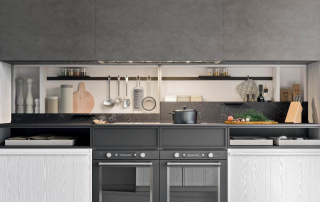 Cucina moderna_Pepper.02_dettaglio sottopensile con anta Sali-scendi modulare e accostabile in larghezza. Interno attrezzato (ripiani, prese elettriche e luce a spot) e anta nelle finiture della cucina o del top