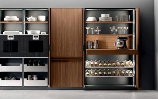 Cucina moderna_Pepper.03_dettaglio colonne con ante a scomparsa (L120cm). Nascondono il contenimento, gli elettrodomestici e gli accessori indispensabili per lo showcooking domestico. È possibile attrezzare l'interno con un allestimento esclusivo in acciaio inox