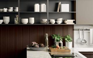 Cucina moderna_Pepper_dettaglio libreria bifacciale e pensili a giorno, struttura in allumino anodizzato nero e ripiani laccato opaco