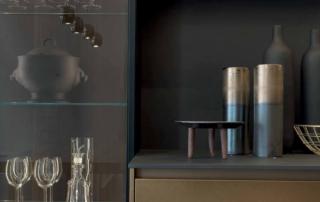 Cucina moderna_Linea HD_ dettaglio pensili e colonne vetrina sospese con anta telaio vetro e fianchi terminali trasparenti