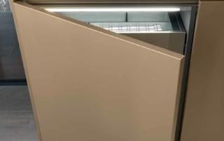 Cucina moderna_Linea HD_dettaglio anta HD finitura laccato opaco metallo effetto graffiato oro