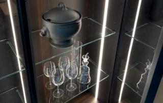 Cucina moderna_Linea HD_dettaglio pensili e colonne vetrina sospese con anta telaio vetro e fianchi terminali trasparenti