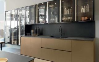 Cucina moderna_Linea HD_modello con anta di base e cestoni a 2 cm dal pavimento. Parete lineare con pensili e colonne vetrina sospese con anta telaio vetro e fianchi terminali completamente trasparenti. Parete colonne con ante rientranti, variamente attrezzabili