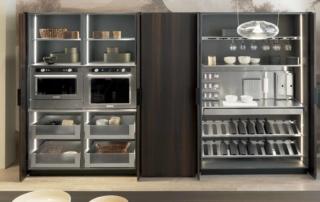 Cucina moderna_Linea HD_dettaglio parete colonne con ante rientranti attrezzabili