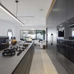 Cucina Moderna_Linea_dettaglo isola con piano cottura in laminam nero greco e parete