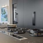 Cucina Moderna_Linea_dettaglio piano di cottura e piano di lavoro in laminam nero greco